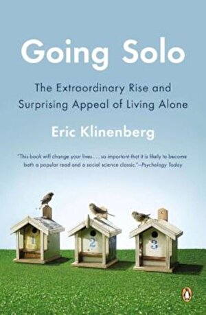 Going Solo: The Extraordinary Rise and Surprising Appeal of Living Alone, Paperback