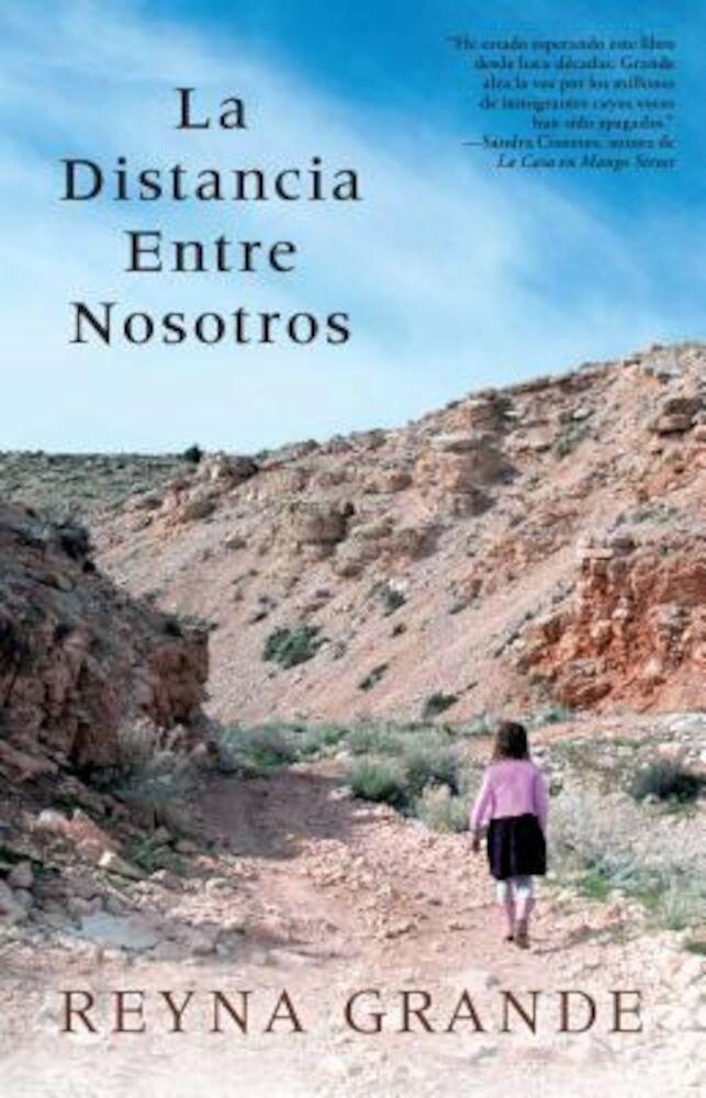 La Distancia Entre Nosotros = The Distance Between Us, Paperback